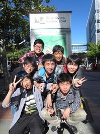 サンシャインコースト大学の看板の前にて.JPG
