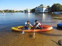 企業訪問―ノボテルの湖でカヤック1.JPG