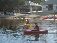 企業訪問―ノボテルの湖でカヤック2.JPG