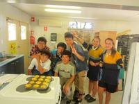 現地学校訪問の家庭科でキッシュを料理.JPG