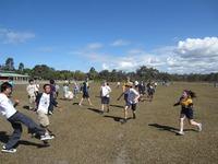 現地学校訪問中に自然発生的に始まった日豪対抗サッカー国際親善試合.JPG