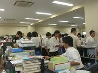 多くの生徒が職員室へ.JPG