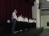Assemblyの最後は校歌斉唱.JPG