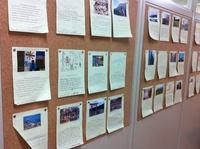 写真7:廊下英語課題.JPG