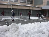 雪かき生徒玄関.JPG