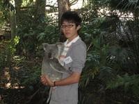 コアラを抱っこして記念撮影.JPG